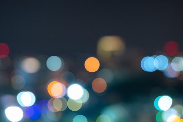 Abstrakcjonistycznego miastowego nocy światła bokeh defocused tło z niebo astronautycznym terenem