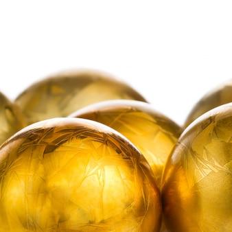 Abstrakcjonistycznego rocznika złote piłki z ornamentem odizolowywającym na białym tle