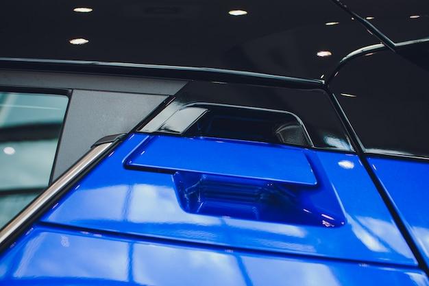 Abstrakcjonistycznej fotografii samochodowa klamki drzwi błękit i kędziorek