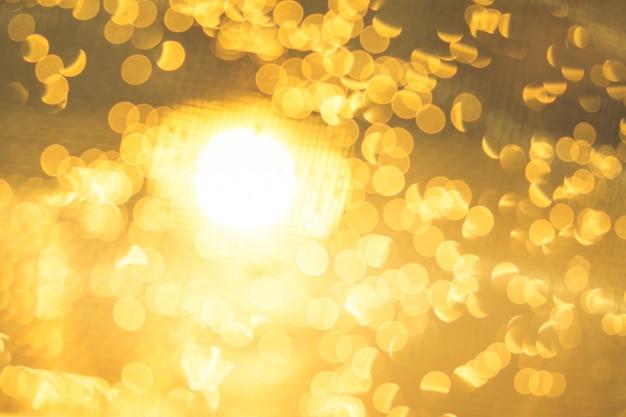 Abstrakcjonistyczny bokeh krople wody powierzchni złoto z kopii przestrzenią.