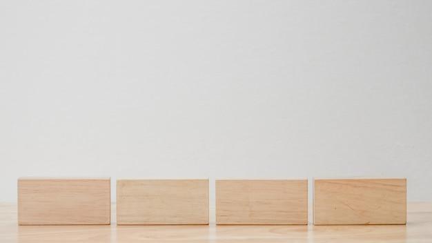 Abstrakcjonistyczny geometryczny istny drewniany sześcian z surrealistycznym układem na białym tle