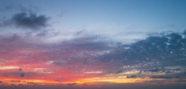 Abstrakcjonistyczny kolorowy niebo z zmierzchu widokiem w wieczór lub wschodu słońca i chmur tle