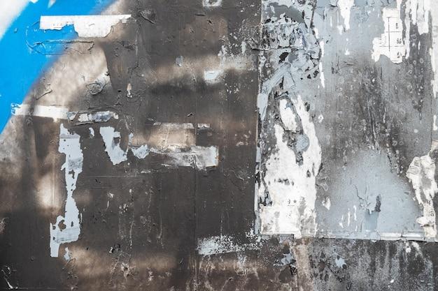 Abstrakcjonistyczny tło od kolorowej ściany z poszarpanym majcheru papierem.