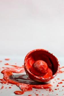 Abstrakcjonistyczny tło z czerwonym farby pluśnięciem, filiżanką i