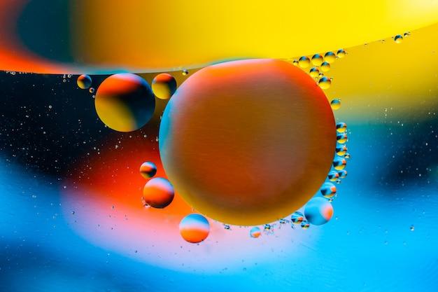 Abstrakcjonistyczny tło z kolorowymi gradientowymi kolorami. krople oleju w wodzie abstrakcyjny obraz psychodeliczny wzór.