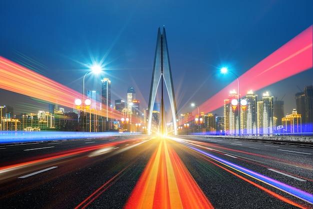 Abstrakcjonistyczny wizerunek plama ruch samochody na miasto drodze przy nocą, nowożytna miastowa architektura w chongqing, chiny