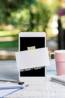 Abstrakcyjna fotografia smartfonów w plenerze, wyświetlanie nowego urządzenia, pomysły na ogródek kawowy, relaks, kontakt z naturą, świeży, ciepły klimat, rozmowy telefoniczne
