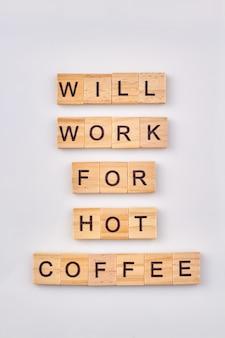 Abstrakcyjna idea przerwy na kawę. nadaje się do gorącej kawy. cytat napisany z drewnianych klocków na białym tle.