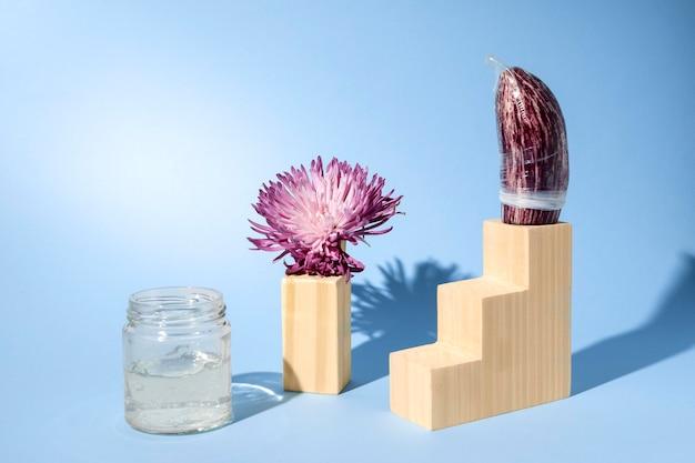 Abstrakcyjna kompozycja zdrowia seksualnego z kwiatem