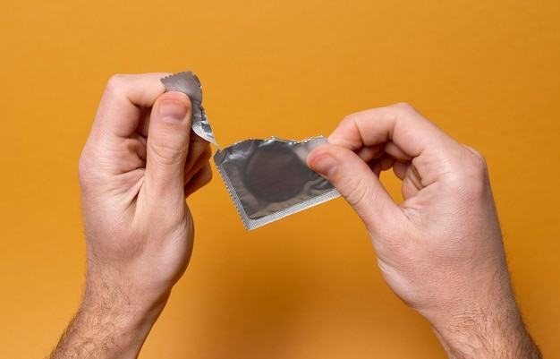 Abstrakcyjna kompozycja zdrowia seksualnego z prezerwatywą
