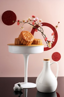 Abstrakcyjna martwa natura mid autumn festival snack moon cake na różowym tle, wybrane skupienie, miejsce kopiowania