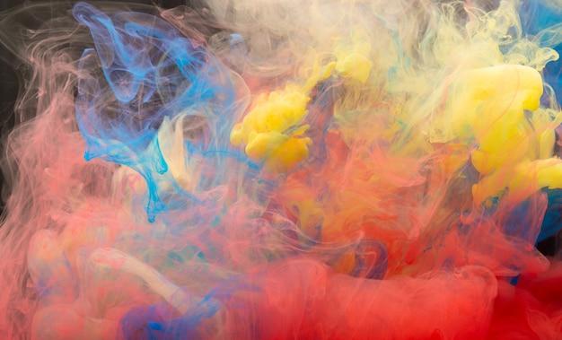 Abstrakcyjna mieszanka kolorów, kropla farby mieszanka atramentu spadająca na wodę kolorowy atrament w wodzie, krople kolorów w wodzie