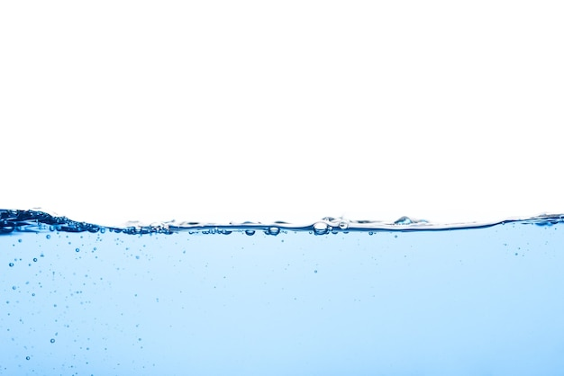 Abstrakcyjna powierzchnia tętnienia czystego przepływu na cieczy jasnoniebieska fala wody z pęcherzykami powietrza i trochę rozpryskiwana pod wodą