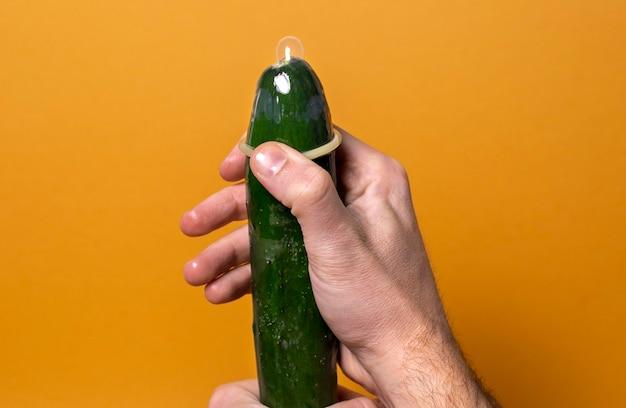 Abstrakcyjna reprezentacja zdrowia seksualnego z ogórkiem