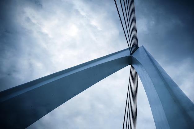 Abstrakcyjne elementy architektoniczne, zbliżenie mostu