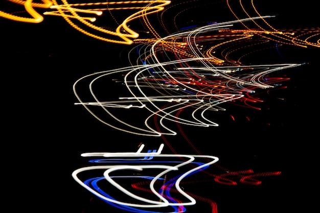 Abstrakcyjne linie świateł nocnych miasta.