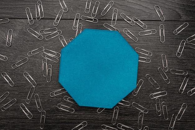 Abstrakcyjne odkrywanie nowego sensu życia, koncepcja samorozwoju, kolorowe wzory ścian,