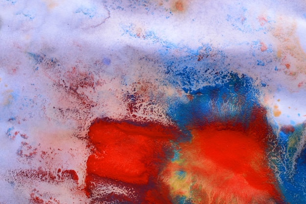 Abstrakcyjne plamy atramentu w różnych kolorach na białym mokrym papierze