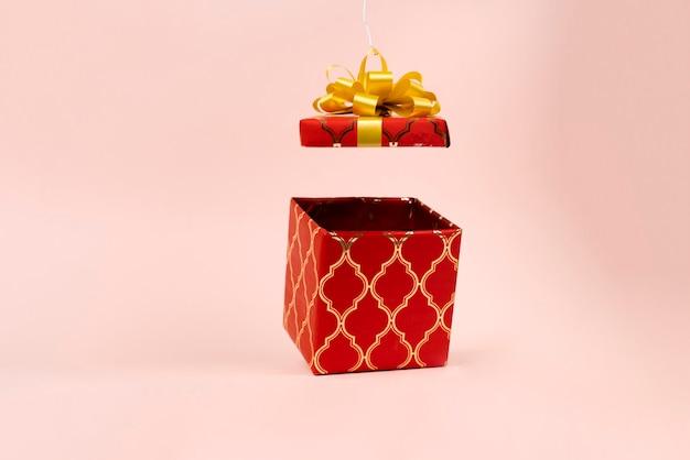 Abstrakcyjne pudełko prezentowe unosi się w powietrzu na święta