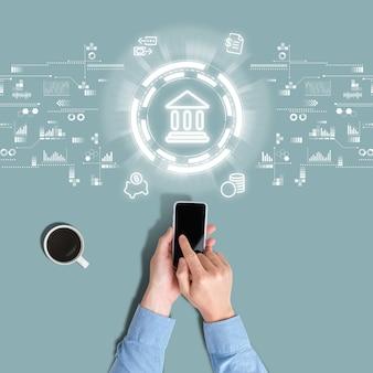Abstrakcyjne rodzaje usług w bankowości mobilnej są oglądane przez człowieka za pośrednictwem smartfona.
