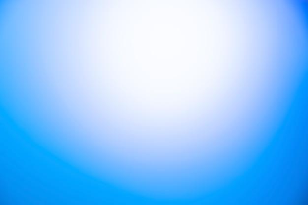 Abstrakcyjne tło gradientowe w kolorze niebieskim i białym.