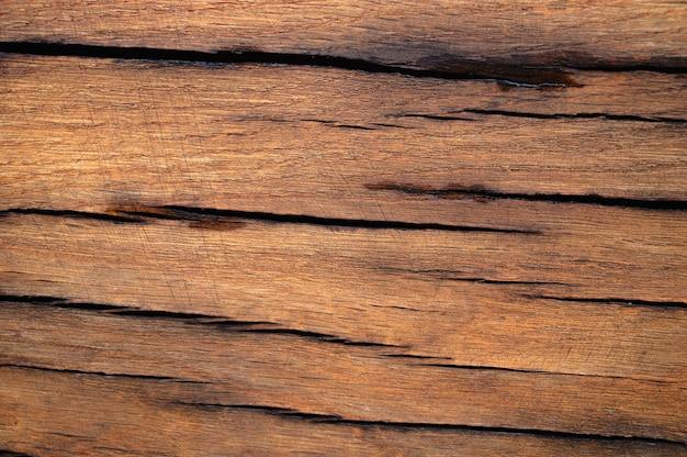 Abstrakcyjne tło starej powierzchni drewnianej jest mokre po deszczu. zbliżenie z góry na dzieła sztuki.