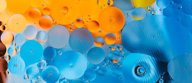 Abstrakcyjne tło z kroplami vibranilu na wodzie bliska pomysłowe i kolorowe bąbelki