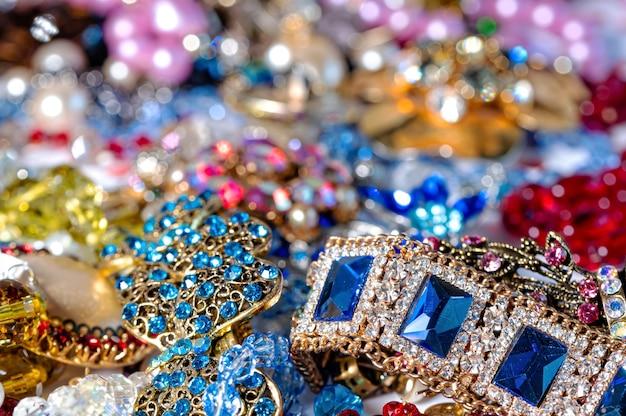 Abstrakcyjne tło z różnych kolorowych jasnych biżuterii i biżuterii kostiumowej, miękkie, selektywne skupienie