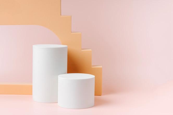 Abstrakcyjne tło z różnymi formami geometrycznymi i podium w pastelowym kolorze do prezentacji produktu