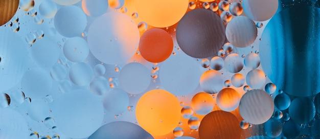 Abstrakcyjne tło z żywymi kolorami kropli oleju na wodzie zbliżenie pomysłowe i kolorowe bąbelki
