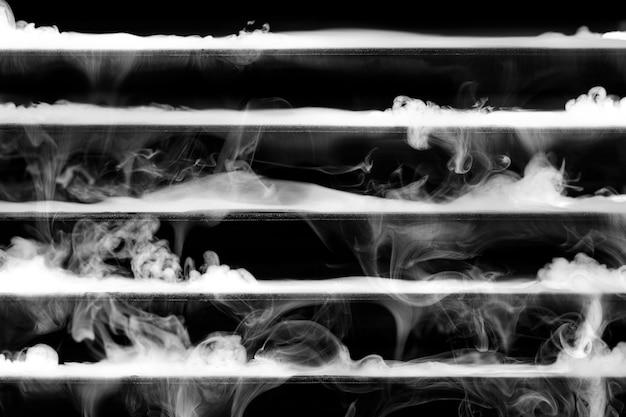 Abstrakcyjny ciemny wzór, z białymi paskami tekstury dymu