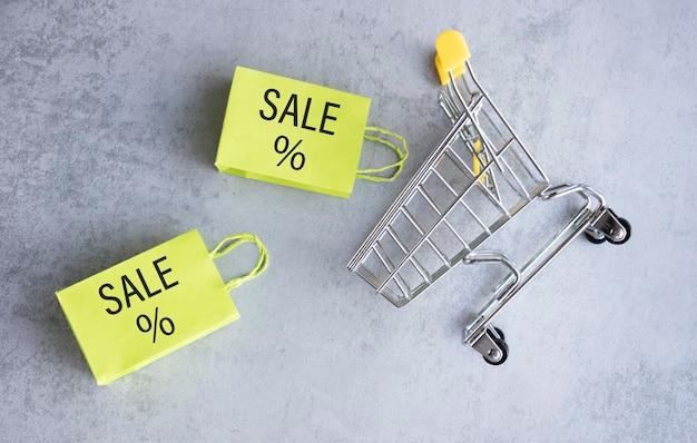 Abstrakcyjny element projektu, roczna sprzedaż, koncepcja sezonu zakupowego, mini żółty wózek