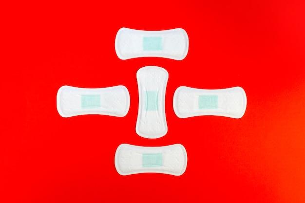Abstrakcyjny kształt wykonany z podpaski higieniczne widok z góry