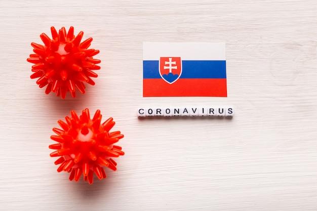 Abstrakcyjny model szczepu wirusa koronawirusa lub koronawirusa zespołu oddechowego bliskiego wschodu 2019-ncov covid-19 z tekstem i flagą słowacji na białym tle.