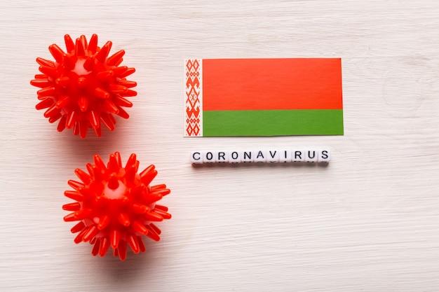 Abstrakcyjny model szczepu wirusa koronawirusa zespołu oddechowego bliskiego wschodu 2019-ncov lub koronawirusa covid-19 z tekstem i flagą białoruś na białym tle