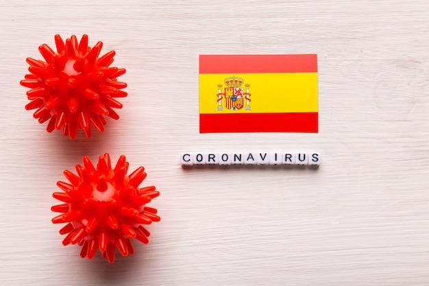 Abstrakcyjny model szczepu wirusa koronawirusa zespołu oddechowego bliskiego wschodu 2019-ncov lub koronawirusa covid-19 z tekstem i flagą hiszpania na białym tle