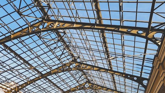 Abstrakcyjny obraz długiego przezroczystego dachu wykonanego z metalu i szkła w starej galerii