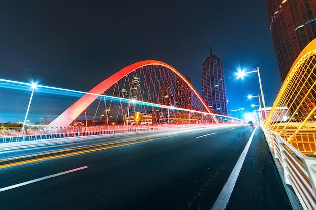 Abstrakcyjny obraz rozmycie ruchu samochodów na drodze miasta w nocy