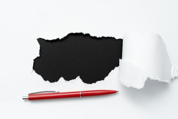 Abstrakcyjny zwykły papier łzowy przedstawiający tło z płaskim arkuszem pióra przedstawiający inne tło i ołówek konturowy podkład przedstawiający prawdziwą historię za pomocą markera