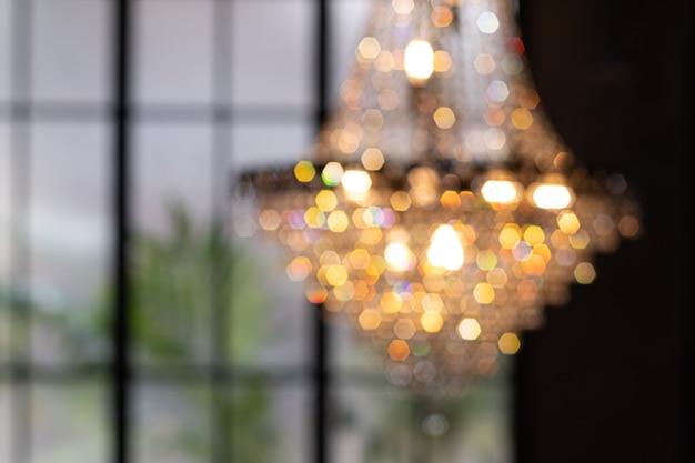 Abstrakcyjny żyrandol rozmycie z bokeh wiszące światła żyrandolowe niewyraźne rozmyte tło bokeh z...
