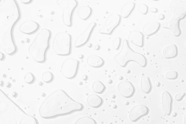 Abstrakt woda opuszcza na białym tle.