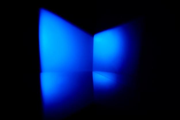 Abstrakt z niebieskim światłem i odbiciem