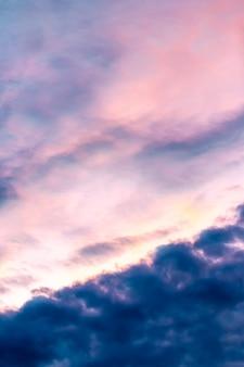 Abstrakt zamazywał tło, kolorowy dramatyczny niebo w zmierzchu.