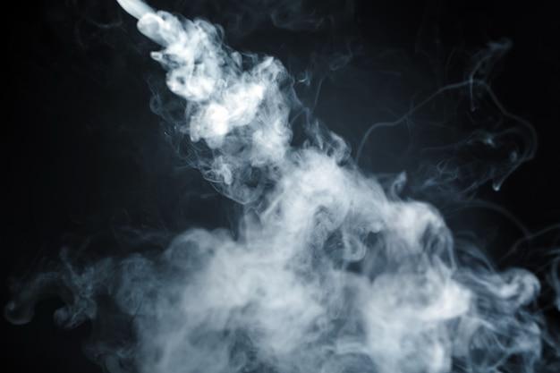 Abstrakta dym odizolowywający na ciemnym tle