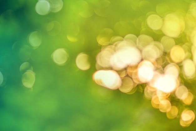 Abstrakta zielony bokeh tło. naturalne bokeh letniego światła słonecznego.