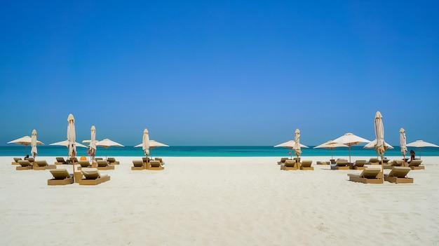 Abu dabi. przyjazna dla środowiska plaża na wyspie saadiyat.