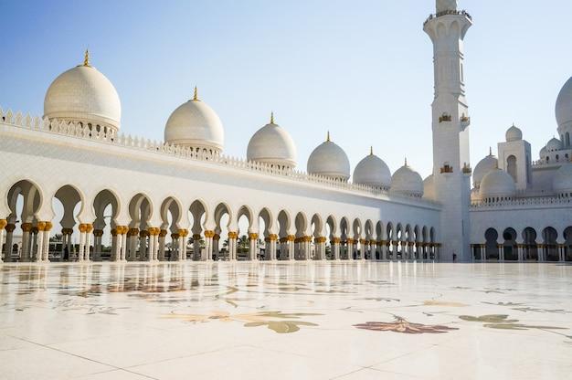 Abu dabi. słynny wielki meczet szejka zayeda.
