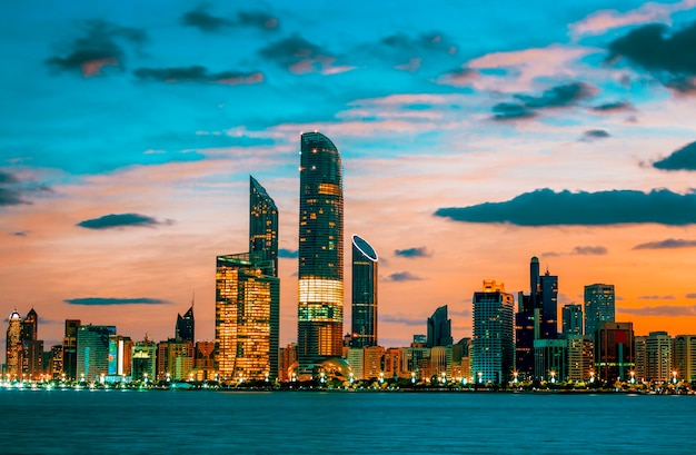 Abu dhabi skyline o zachodzie słońca, zjednoczone emiraty arabskie