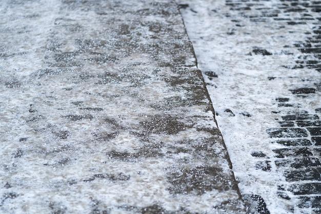 Aby zapewnić bezpieczeństwo na drodze, nawierzchnię posypuje się solą techniczną lub mieszankami solnymi na jej bazie.