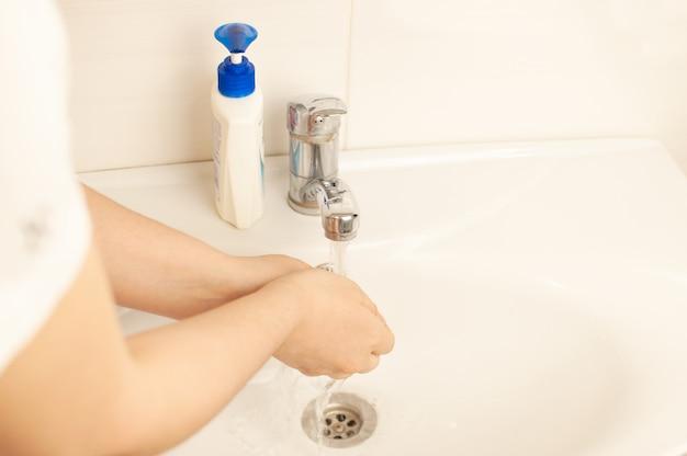 Aby zapobiec pandemii koronawirusa, dokładnie umyj ręce ciepłą wodą z mydłem antybakteryjnym. światowa koncepcja pandemii.